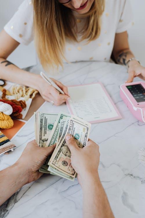 žena peníze kalkulačka
