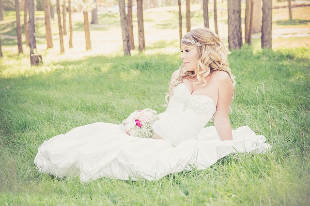 krásná nevěsta v trávě