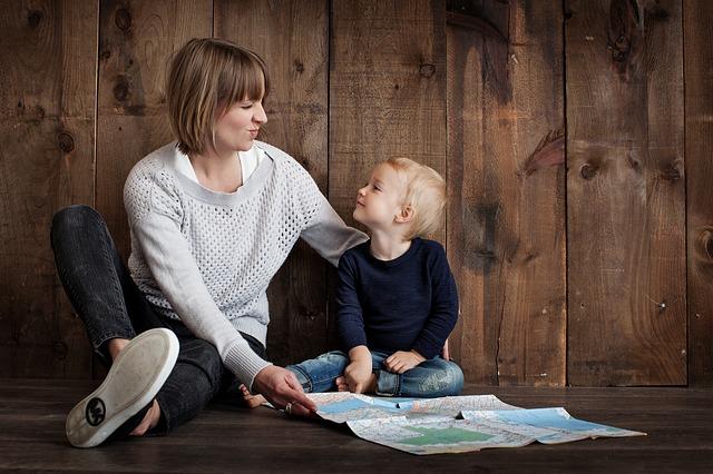 mamka, syn a mapa.jpg